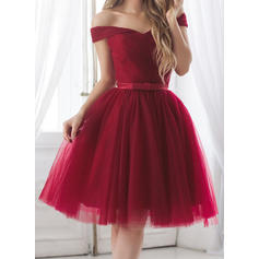 A-Line/Princess Off-the-Shoulder Knee-Length Cocktail Dresses With Ruffle Sash Bow(s)